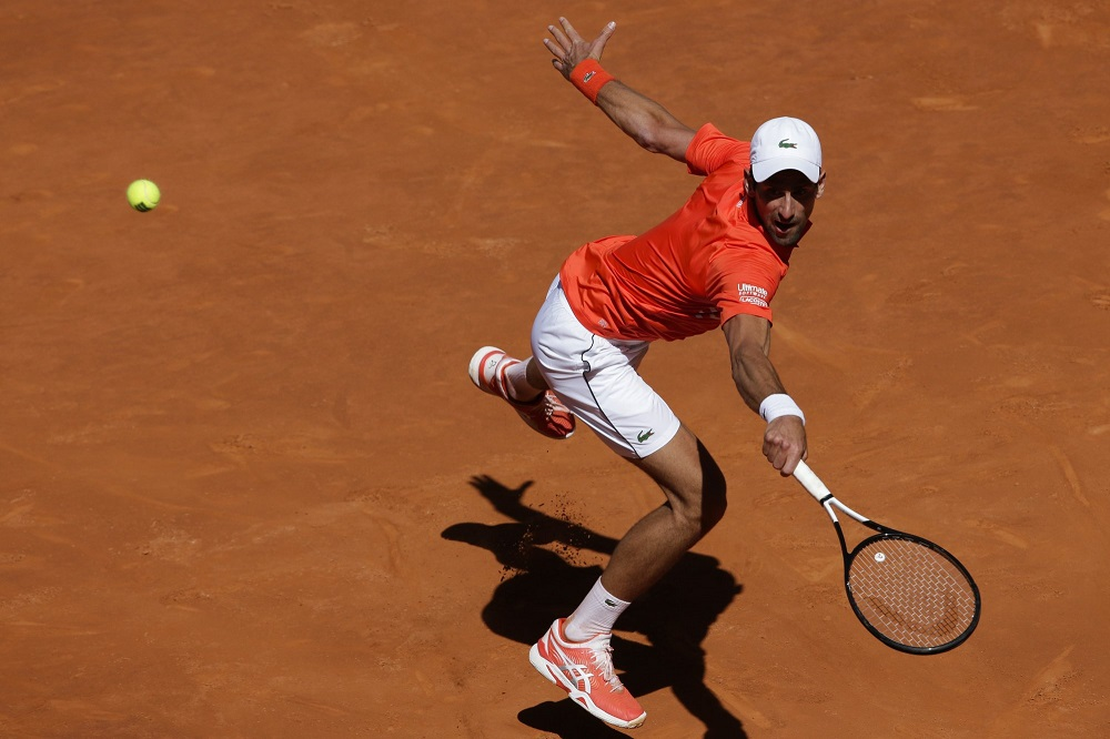 novak djokovic returns dominic thiems balls at madrid open 2019
