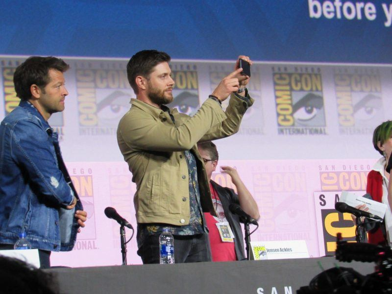 Supernatural Jensen Ackles taking pictures of Comic Con crowd 2019