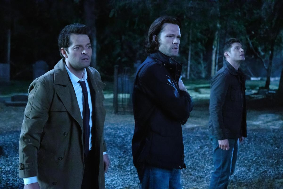 supernatural 1501 back and to the future sam dean winchester with cas at night