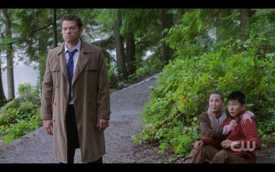 Mellie with son squatting watch Castiel go kill in SPN 1506