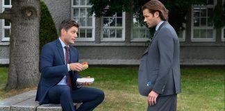 Supernatural 1504 jensen ackles eating hot dog in front of jared padalecki atomic