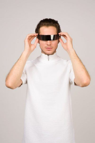 man wearing free roam virtual reality with white apron mttg 2020 images