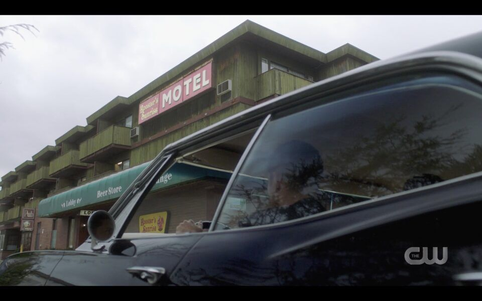 Supernatural Winchester borothers Impala pulling up to Rooster Sunrise motel