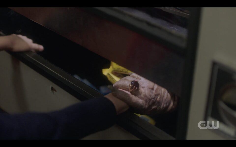 Travis finds scary old women inside a candy machine at motel SPN 1516