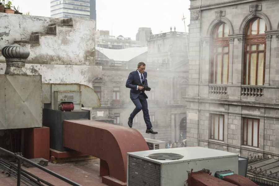 daniel craig 007 spectre blowing up walking tops of buildings