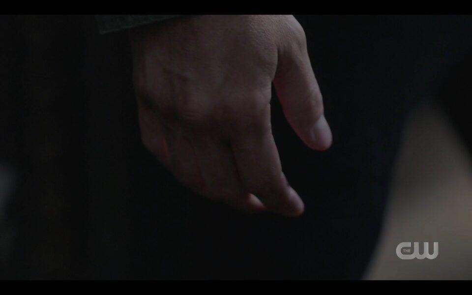 SPN finale Dean Winchesters hand falls in death