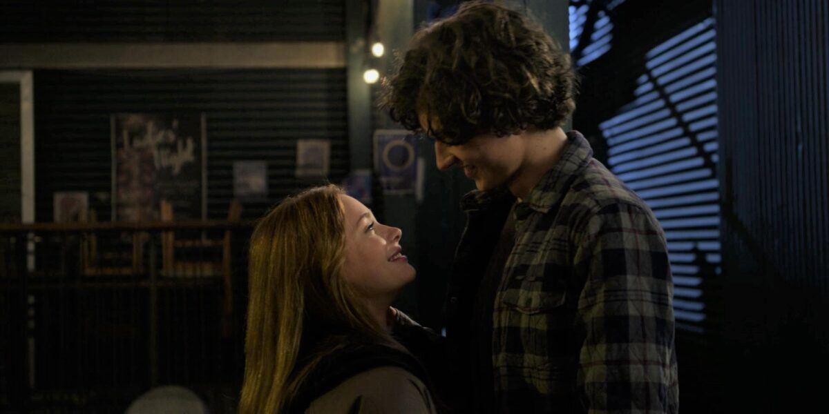 Walker Trevor gives Stella clumbsy kiss i barn