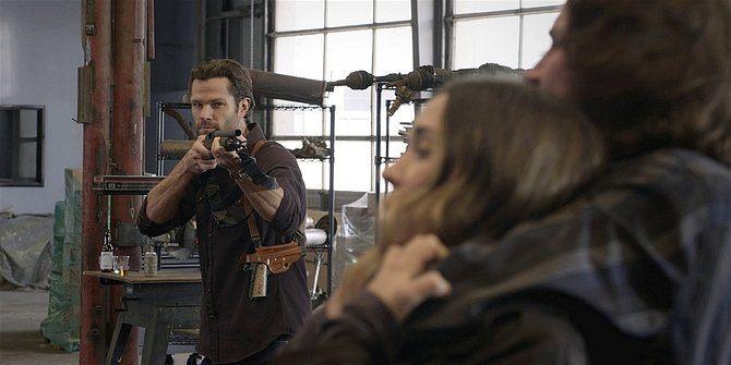Walker Jared Padalecki pointing rifle at Oswald.